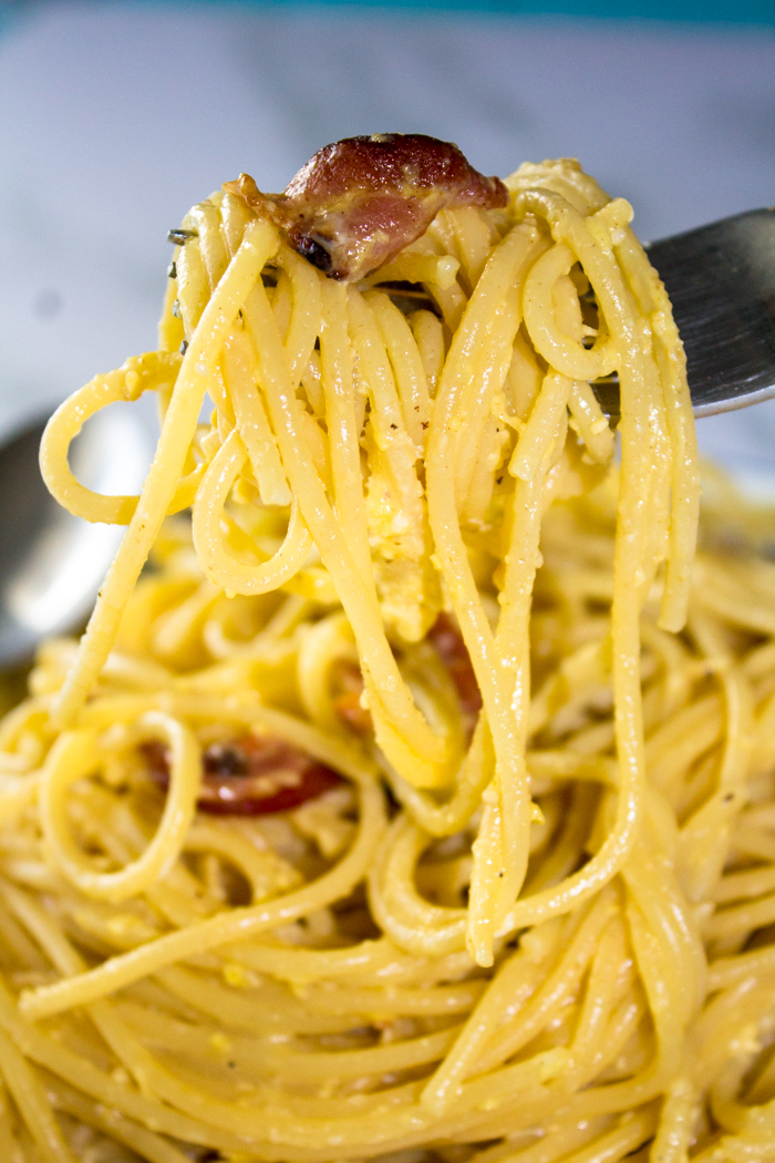 Looking for a delicious Spaghetti Carbonara Recipe? This pasta recipe is simple and easy to make. This 30 minute meal is sure to please.