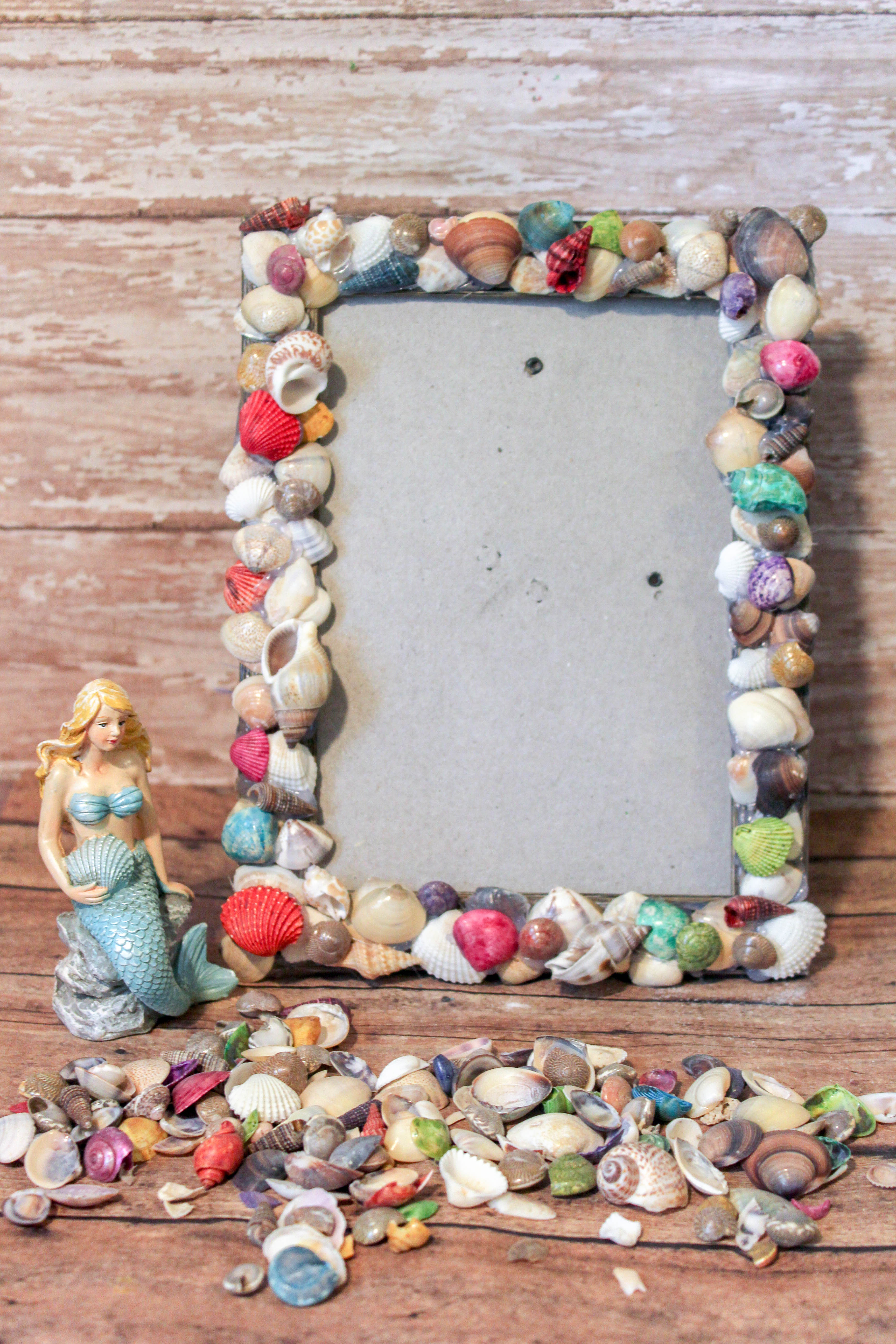 Visited the beach recently? Have a lot of shells you collected? Now, what do you do with them? If you are looking for something to do with seashells, make this easy shell frame. A fun and easy shell craft. It is perfect for anyone who loves seashell crafts.