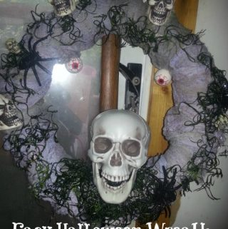 Simple Halloween Craft that looks like it took a long time to make. Create your own Halloween wreath