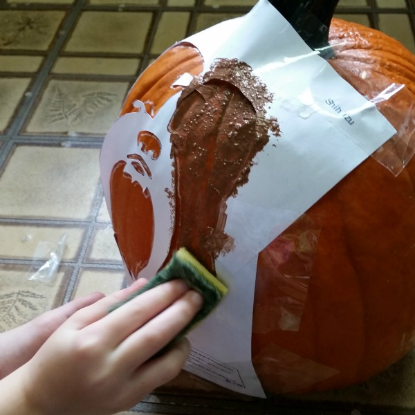 PETrify Your Pumpkin for Halloween- sponging the pumpkin