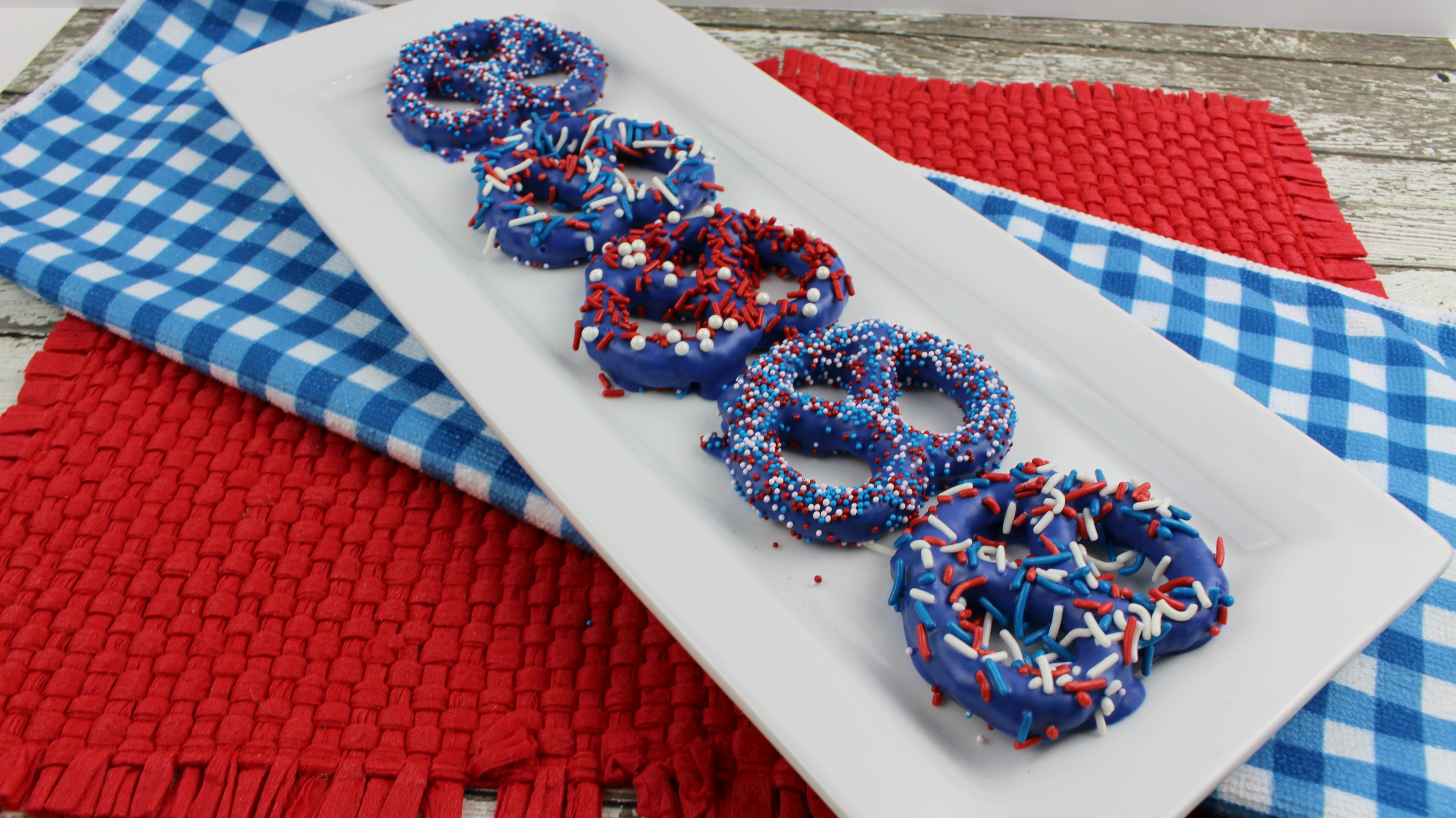Patriotic Prezels make a great treat for a picnic or just an afternoon snack. Perfect for a 4th of July treat or Memorial Day dessert (1)