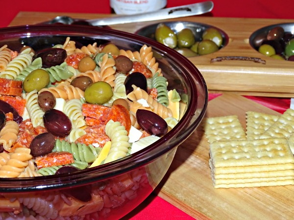 Looking for a picnic recipe that everyone will love? This potluck pasta salad recipe is perfect for an easy dinner recipe, or for a get together.