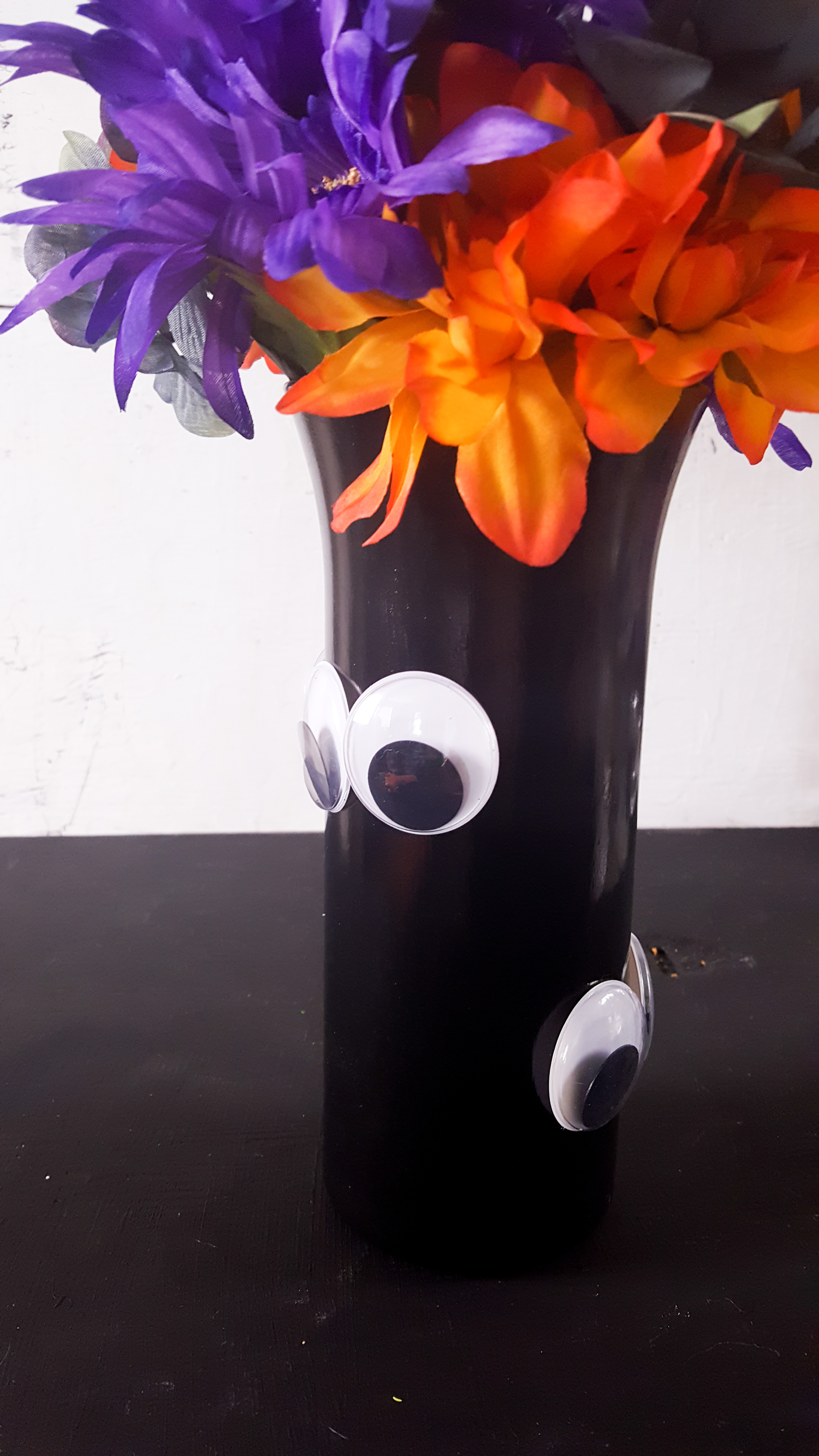 Looking for a simple DIY Halloween decoration? This simple Halloween craft is so cute and is a great dollar store Halloween craft.