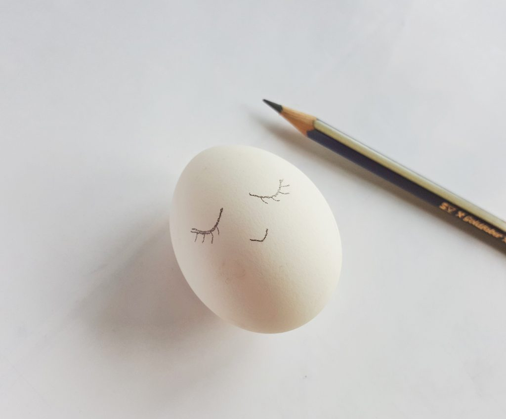 draw face on egg