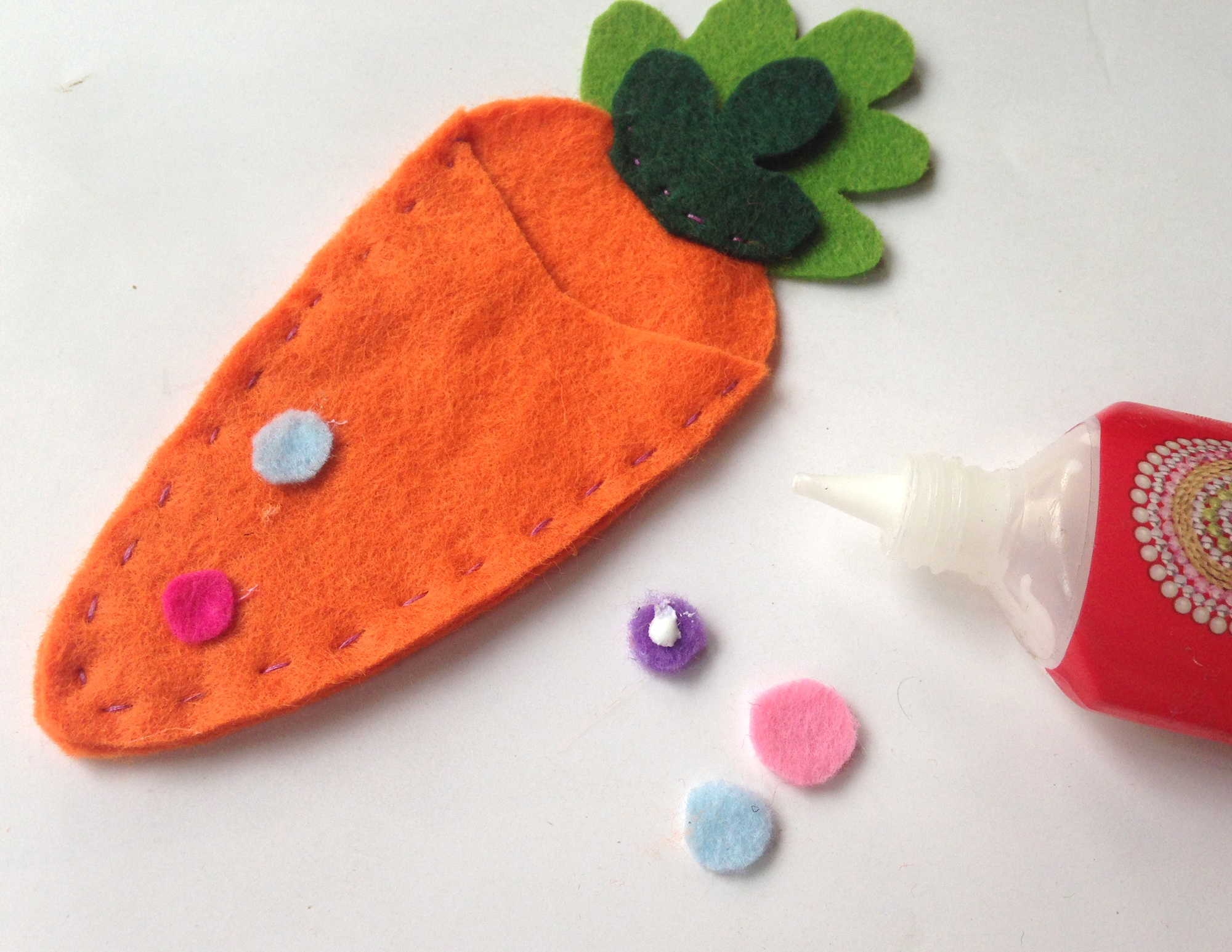 Looking for an Easter craft idea? This Easter felt craft is a fun one. This felt craft for kids and adults doubles as a treat pouch. It makes an easy Easter gift.